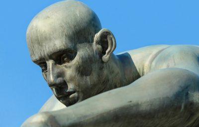 scultura a forma di lacrima